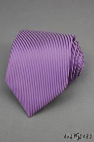 Fialová kravata se svislými proužky