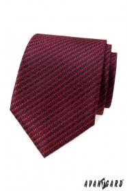 Červená kravata s modrým vzorem